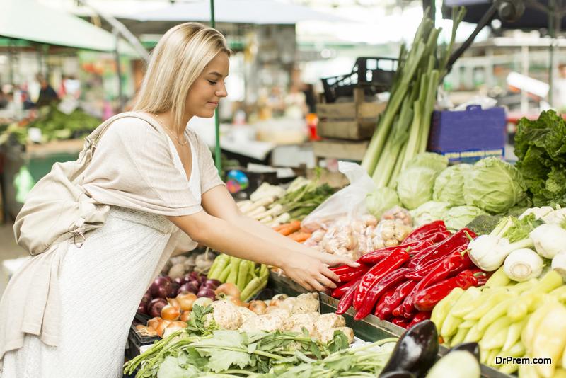 WOMAN-BUYING-seasonal-produce